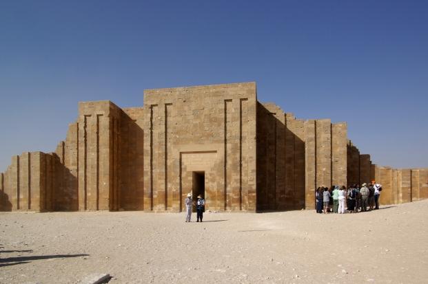 Entrada al complejo funerario de Djoser [Fuente: Wikipedia]