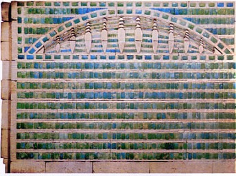 Decoración de las paredes con azulejos verdes y azules de la pirámide escalonada de Djoser