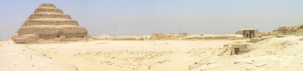 Vista panorámica de la pirámide escalonada, el patio sur, la sala hipóstila y el pabellón real