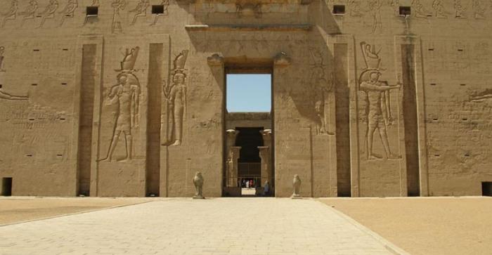 Primer pilono del templo de Horus en Edfu
