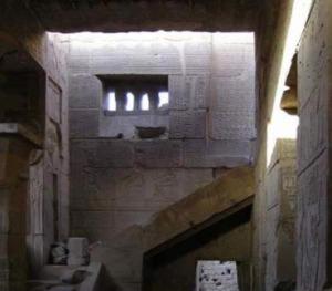 Escalera de acceso al tejado en el templo de Hathor, Deir el-Medina