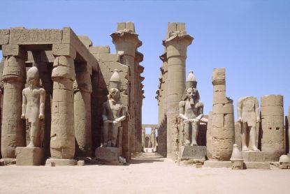 Columnata de Amenhotep III vista desde el patio de Ramsés II, Luxor. Bajo las arenas de Kemet, Arquitectura antiguo Egipto