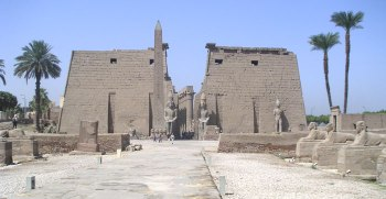 Pilono del faraón Ramsés II. Templo de Luxor, Ipet Reshut. Bajo las arenas de Kemet, Arquitectura antiguo Egipto