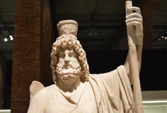 """Estatua de Serapis en su trono. Finales s. II d.C. [Img. Sandra Pajares] Exposición """"Cleopatra y la fascinación de Egipto"""""""