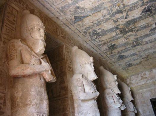 Pilares osiríacos de la primera sala hipóstila