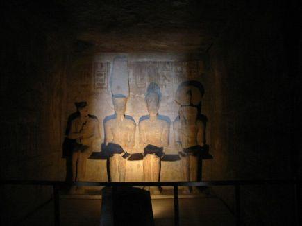 Representación de Ptah, Amón, Ramsés II y Ra-Horakhty en el santuario de Abu Simbel