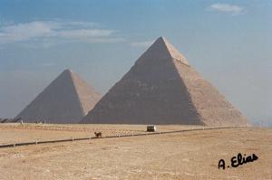 La pirámides de Keops [Khufu] y de Kefrén [Khaefre], Guiza. Bajo las arenas de Kemet. Arquitectura antiguo Egipto