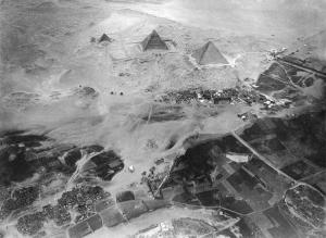 La meseta de Guiza fotografiada por Eduard Spelterini [1852-1931]. Complejo funerario Keops, Khufu. Bajo las arenas de Kemet. Arquitectura antiguo Egipto