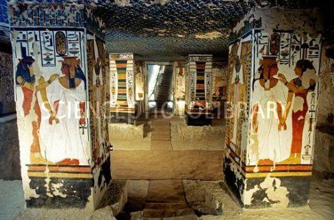 Vista de los pilares de la cámara funeraria, tumba de Nefertari, qv66, Bajo las arenas de Kemet