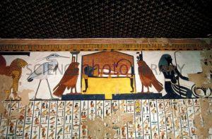 sis y Neftis, en forma de halcones, flanqueando la momia de Nefertari, tumba de Nefertari, qv66, Bajo las arenas de Kemet
