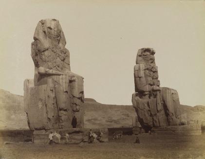 Los colosos de Memnón, por Antonio Beato, templo funerario Amenhotep III, Tebas, Bajo las arenas de Kemet. Arquitectura antiguo Egipto