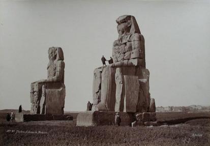 Los colosos de Memnón, por Henri Béchard, templo funerario Amenhotep III, Tebas, Bajo las arenas de Kemet. Arquitectura antiguo Egipto