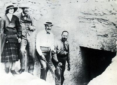 Lady Evelyn, Lord Carnarvon, Howard Carter y Arthur R. Callender en la entrada de la tumba de Tutankhamón. Bajo las arenas de Kemet, antiguo Egipto, egiptología KV62