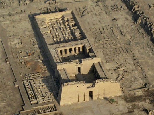 Vista aérea Medinet Habu, templo funerario Ramsés III, arquitectura antiguo Egipto, Sandra Pajares, Bajo las arenas de Kemet