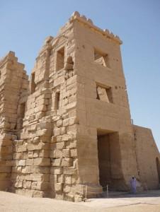 Migdol Medinet Habu, templo funerario Ramsés III, arquitectura antiguo Egipto, Sandra Pajares, Bajo las arenas de Kemet