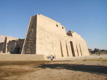 Primer pilono Medinet Habu, templo funerario Ramsés III, arquitectura antiguo Egipto, Sandra Pajares, Bajo las arenas de Kemet