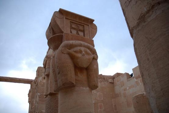 Columna hathórica de la capilla de la diosa Hathor en Deir el-Bahari, Djeser-Djeseru Hatshepsut, arquitectura antiguo Egipto, Sandra Pajares, Bajo las arenas de Kemet