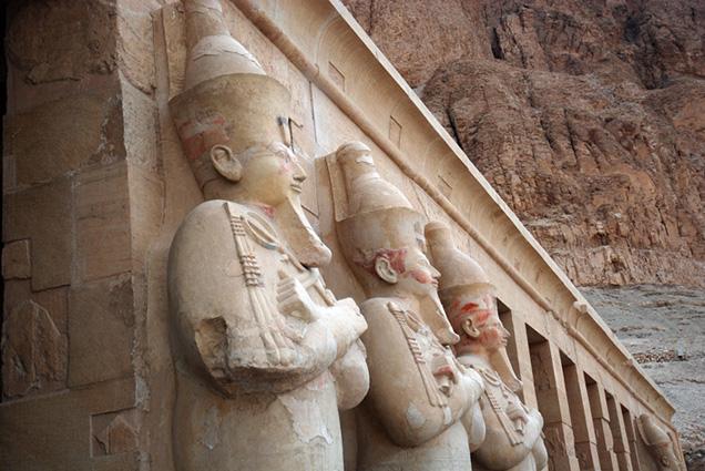 Colosos Hatshepsut, Deir el-Bahari, Djeser-Djeseru Hatshepsut, arquitectura antiguo Egipto, Sandra Pajares, Bajo las arenas de Kemet