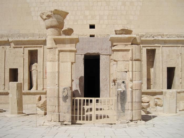 Acceso al santuario de Amón, Deir el-Bahari, Djeser-Djeseru Hatshepsut, arquitectura antiguo Egipto, Sandra Pajares, Bajo las arenas de Kemet