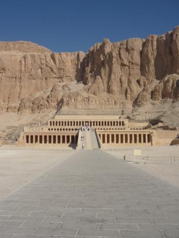 Deir el-Bahari, Djeser-Djeseru Hatshepsut, arquitectura antiguo Egipto, Sandra Pajares, Bajo las arenas de Kemet