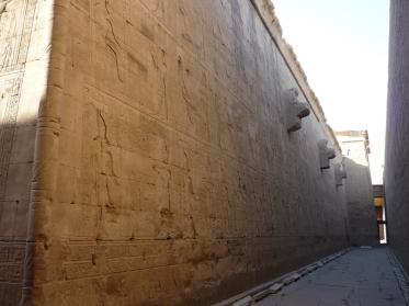Corredor del templo de Horus en Edfu, arquitectura antiguo Egipto, Bajo las arenas de Kemet