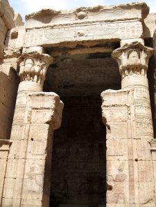 El lugar puro del templo de Horus en Edfu, arquitectura antiguo Egipto, Bajo las arenas de Kemet