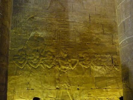 La fiesta del Bello encuentro entre Horus y Hathor en el templo de Horus en Edfu, arquitectura antiguo Egipto, Bajo las arenas de Kemet