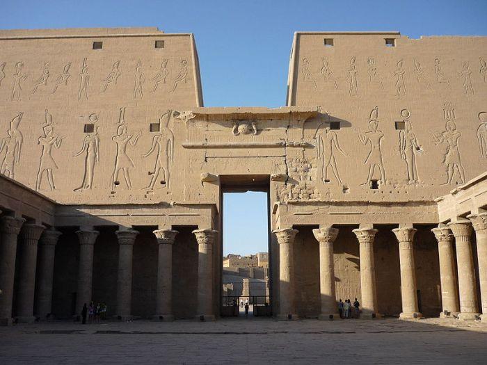 Patio del templo de Horus en Edfu, arquitectura antiguo Egipto, Bajo las arenas de Kemet