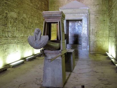 Santurario de Horus en el templo de Horus en Edfu, arquitectura antiguo Egipto, Bajo las arenas de Kemet