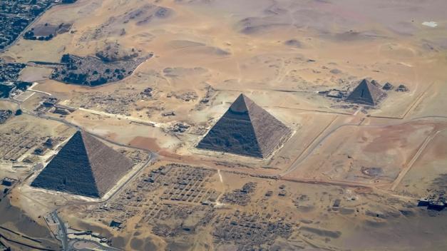 La meseta de Guiza con las pirámides de Keops [Khufu], Kefrén [Khaefra] y Micerinos [Menkaura]. Bajo las arenas de Kemet. Arquitectura antiguo Egipto