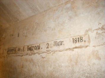Graffiti realizado por G. Belzoni en el interior de la cámara funeraria de Kefrén [Khaefre]. Complejo funerario de Kefrén [Khaefra]. Bajo las arenas de Kemet. Arquitectura antiguo Egipto