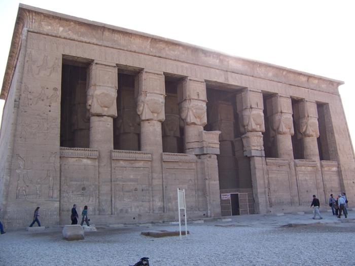 Fachada del templo de Hathor en Dendera, arquitectura antiguo Egipto, Bajo las arenas de Kemet