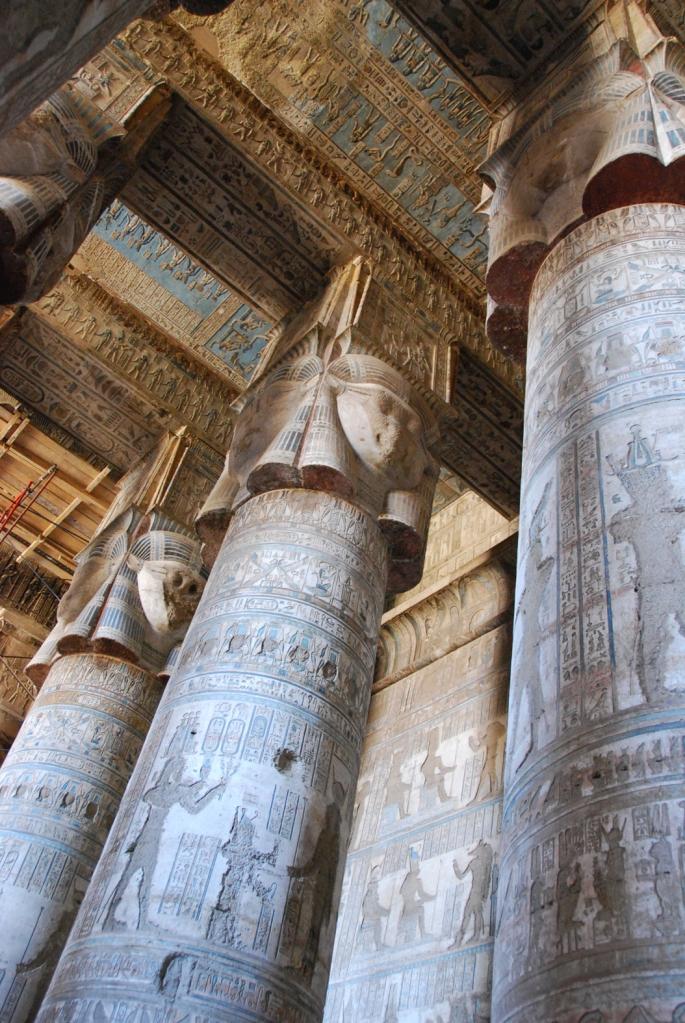 Columnas hathóricas de la primera sala hipóstila del templo de Hathor en Dendera, arquitectura antiguo Egipto, Bajo las arenas de Kemet