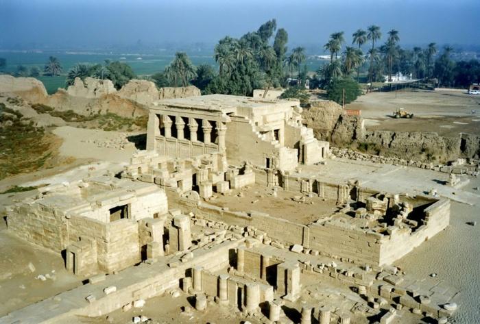 Los mamissi de Dendera, el de Nectanebo I en la parte inferior y el romano en la superior, y la iglesia copta entre ambos, arquitectura antiguo Egipto, Bajo las arenas de Kemet