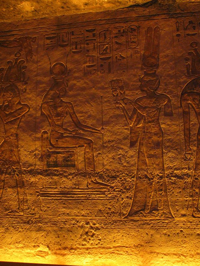 Nefertari ofrendando sistros a Hathor en Abu Simbel, arquitectura antiguo Egipto, Bajo las arenas de Kemet