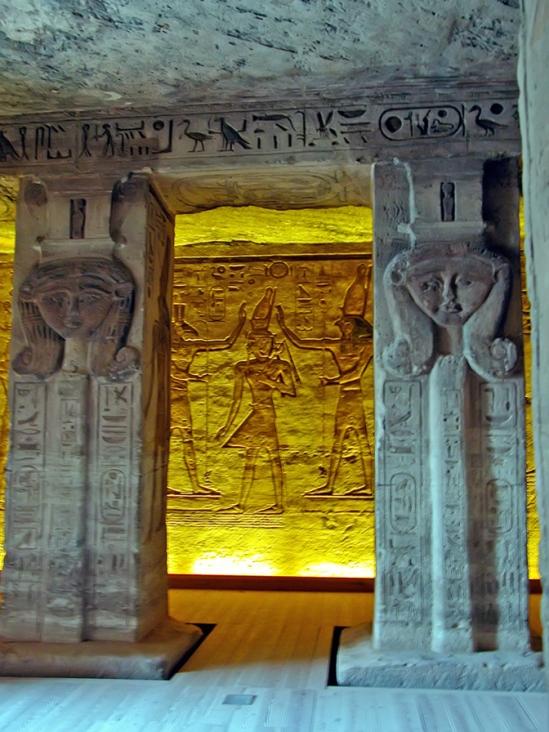 Vestíbulo del templo de Nefertari en Abu Simbel, arquitectura antiguo Egipto, Bajo las arenas de Kemet