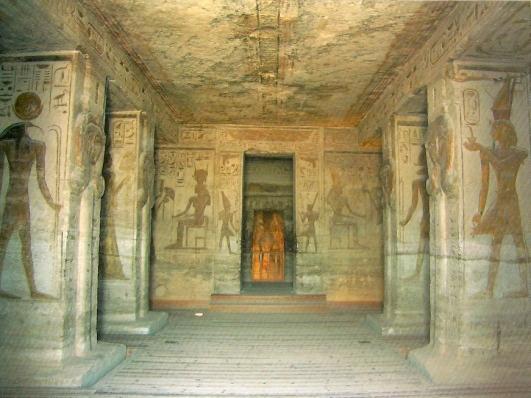 La sala hipóstila con la diosa Hathor tallada en la parte superior de los pilares en el templo de Nefertari en Abu Simbel, arquitectura antiguo Egipto, Bajo las arenas de Kemet