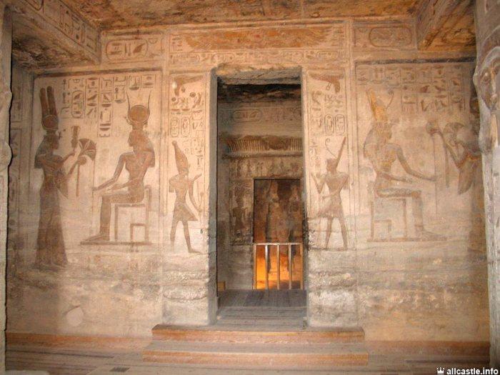 Vista del santuario desde el vestíbuo del templo de Nefertari en Abu Simbel, arquitectura antiguo Egipto, Bajo las arenas de Kemet