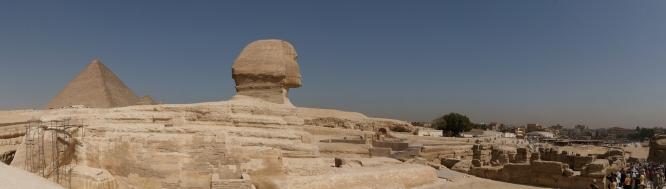 Panorámica de la Esfinge con la pirámide de Keops al fondo. Complejo funerario de Kefrén [Khaefra]. Bajo las arenas de Kemet. Arquitectura antiguo Egipto